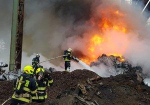 Požár autovraků v Kladně.