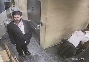 Pražská policie pátrá po zloději, který okradl spícího muže na toaletě rychlého občerstvení v Praze 2. Nepoznáte ho?