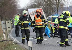 Tragická nehoda na Semilsku: Při čelní srážce aut zemřela žena a bylo zraněno pět dětí!