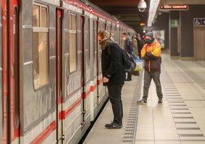 Změny v pražské MHD: Metro pojede déle, na denní tramvaje a autobusy ale navazovat nebude
