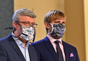 Členové vlády na tiskové konferenci ke koronaviru: Ministr průmyslu a obchodu Karel Havlíček (ANO) a ministr zdravotnictví Adam Vojtěch (za ANO) (19.3.2020)