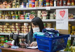 Ve vietnamské večerce na Černém Mostě šijí roušky pro své sousedy. Pro členy IZS mají pak kafe a vodu.