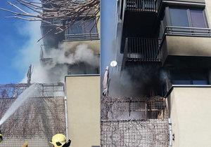 Ve Vysočanech hořela terasa: 35 lidí muselo opustit domovy, hasiče pokousala kočka