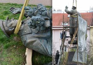 """Bagry odstraňují podstavec po Koněvově soše. """"Tolik betonu jsme nečekali,"""" zní z radnice, práce se protáhnou"""