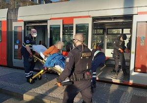 V tramvaji ohrožoval muž řidiče nožem. Přivolaní policisté jej střelili do nohy.