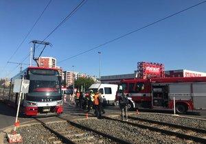Nehoda tramvaje a dodávky omezuje provoz v Praze 9. Na místě jsou zranění
