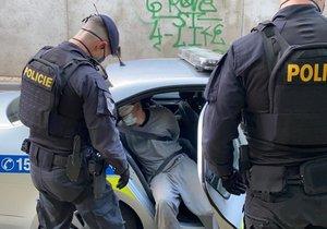 Policejní honička v Praze skončila výstřelem: Muž policistům začal ujíždět, nakonec havaroval a chtěl utéct