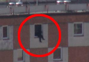 Muž seděl v okně ve 12. patře a chystal se skočit: Zachránila ho nečekaná nabídka sousedky