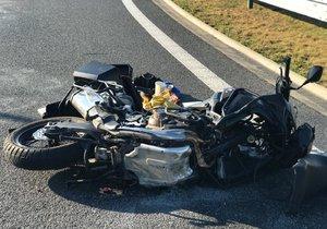 Při nehodě u Tuklat na Kolínsku se vážně zranil řidič motocyklu (foto ilustrační)