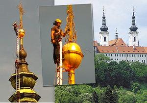 VIDEO: Manévry ve Strahovském klášteře! Z věže kostela sundali obrovský kříž, poškodila ho vichřice