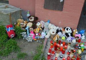 Takto vypadala v pátek smuteční vzpomínka na chlapce (†3 a †4) před domem, v němž zemřeli při požáru.