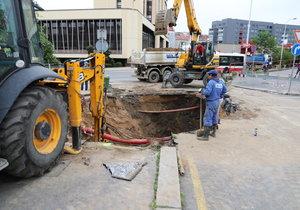 Olšanské náměstí po potopě! Dělníci s těžkou technikou začali opravovat propadlou se silnici