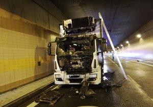 Zavřený Brusnický tunel! Začal hořet náklaďák, řidič se zranil
