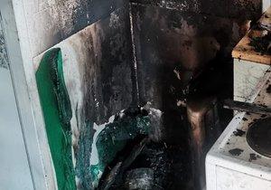 Plameny zachvátily byt v Kamýku! Evakuace, několik lidí se nadýchalo kouře