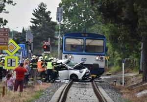 V Neratovicích smetl vlak auto. Není to první nehoda na nebezpečném přejezdu
