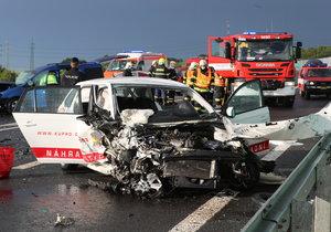 Vážná nehoda u Slaného: Tři auta se srazila, zranilo se pět lidí, z toho dvě nezletilé osoby