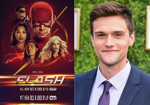 Herce Hartleyho Sawyera vyhodili ze seriálu The Flash. Mohly za to rasistické a sexistické výroky.