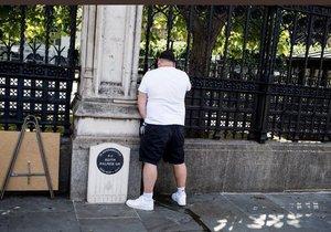 Za močení u pomníku zavražděného policisty dostal Brit 14 dní vězení.