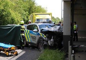 Nehoda osobního a policejního auta v Sárské ulici v Praze (30. června 2020)