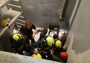 Dva dělníci spadli při natírání v Praze do nádrže, vyprostit je museli hasiči.