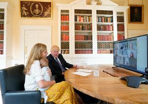 Premiér Boris Johnson se snoubenkou Carrie Symondsovou a synem Wilfredem