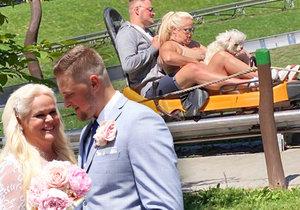 Nebezpečná svatební cesta Štikové (48) se zajíčkem: Na bobech porušili pravidla!