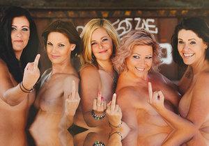 Pětice Češek na odvážném snímku ukazuje svůj postoj k rakovině prsu.