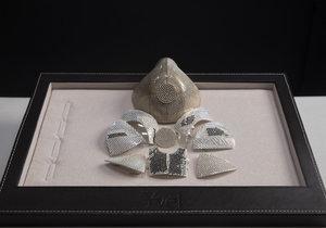 Izraelský klenotník vyrábí roušku, která vyjde na 33 milionů korun.