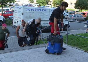 Lidé se vrací do paneláku hrůzy v Bohumíně: Všude se line zápach spáleniny