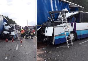 Tragická nehoda u Plzně. Autobus narazil do odstaveného náklaďáku.