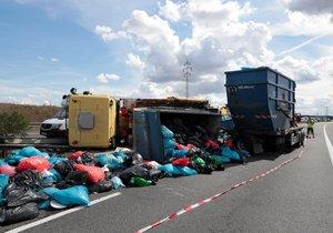 Zavřená D8 kvůli nehodě náklaďáku a dodávky! Po dálnici byl rozsypaný kontaminovaný materiál z nemocnic