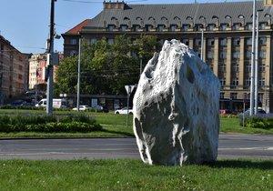 Na Vítězném náměstí v Praze 6 stojí socha s názvem Meteorit.