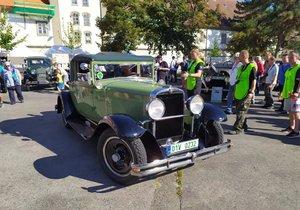 Zbraslav zaplnila historická a auta a jejich nadšení majitelé.