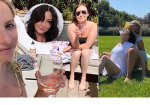 Shannen Doherty nevypadá nemocně, ukázala se v plavkách a dováděla se sklenkou.