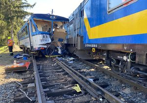 Ve Kdyni se srazil osobní vlak s lokotraktorem táhnoucím měřící vůz.