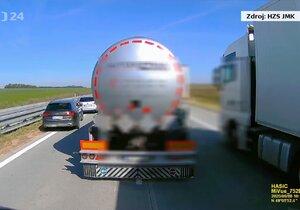 Řidič kamionu na dálnici zablokoval hasiče spěchající k zásahu: Jel záchranářskou uličkou!
