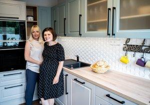 Spokojená výherkyně sdesignérkou Gabrielou Hámovou ve své nové kuchyni.