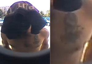 Muž si zakryl tvář při výběru zcizí karty: Odhalil při tom tetování na prsou, poznáte ho?