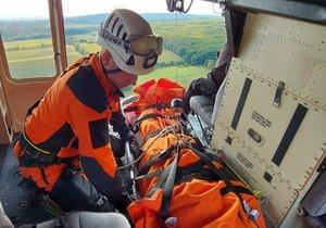 Drama u znojemské nádrže: Pro zraněného turistu musely letět dva vrtulníky