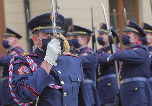 K poctě zbraň! Sváteční střídání Hradní stráže s rouškami přišly okouknout desítky lidí