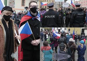 V Praze protestovali nespokojenci proti vládním nařízením. Roušky byly dole, policisté i tak děkují