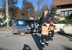 Vážná nehoda u Dolních Kounic: Záchranáři museli ošetřit šest zraněných cizinců