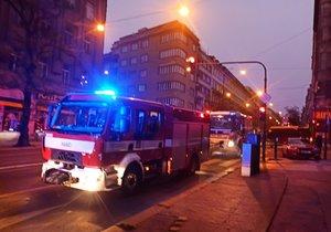 Hořel byt plný odpadu v centru Prahy. Hasiči zachránili dvanáct lidí, zásah blokoval dopravu