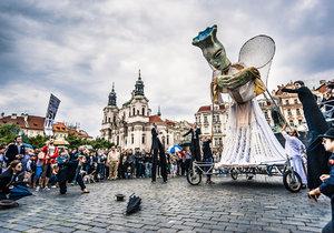"""Obří loutky projdou Prahou! Rozveselí adventní neděle, v ulicích přibudou i """"ostrůvky živého umění"""""""