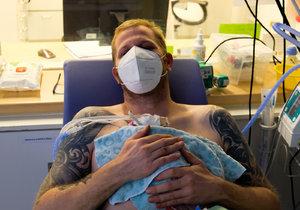 Při narození vážili jen přes 600 gramů! Tatínek své předčasně narozené synky v porodnici zahřívá tělem