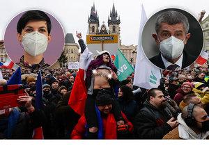 Premiér Andrej Babiš (ANO) se vysmál Klausovi za jeho řeči o očkování. Pekarová odsoudila chování demonstrantů kvůli zdravotníkům