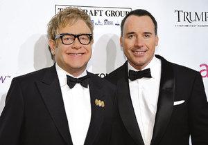 Elton a David se stali otci po dvou neúspěšných pokusech o adopci