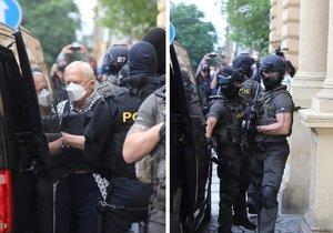 Jiřího D. odváží eskorta od Obvodního soudu pro Prahu 2, který ho poslal do vazby. (2. července 2021)