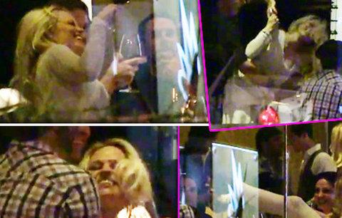 Opilá Pamela Anderson svádí chlapy na sexy tanec