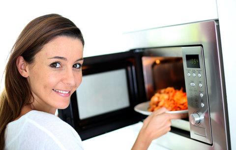 10 tipů, jak využít mikrovlnku. Oživí starý chléb,  pomůže oloupat česnek i rajčata